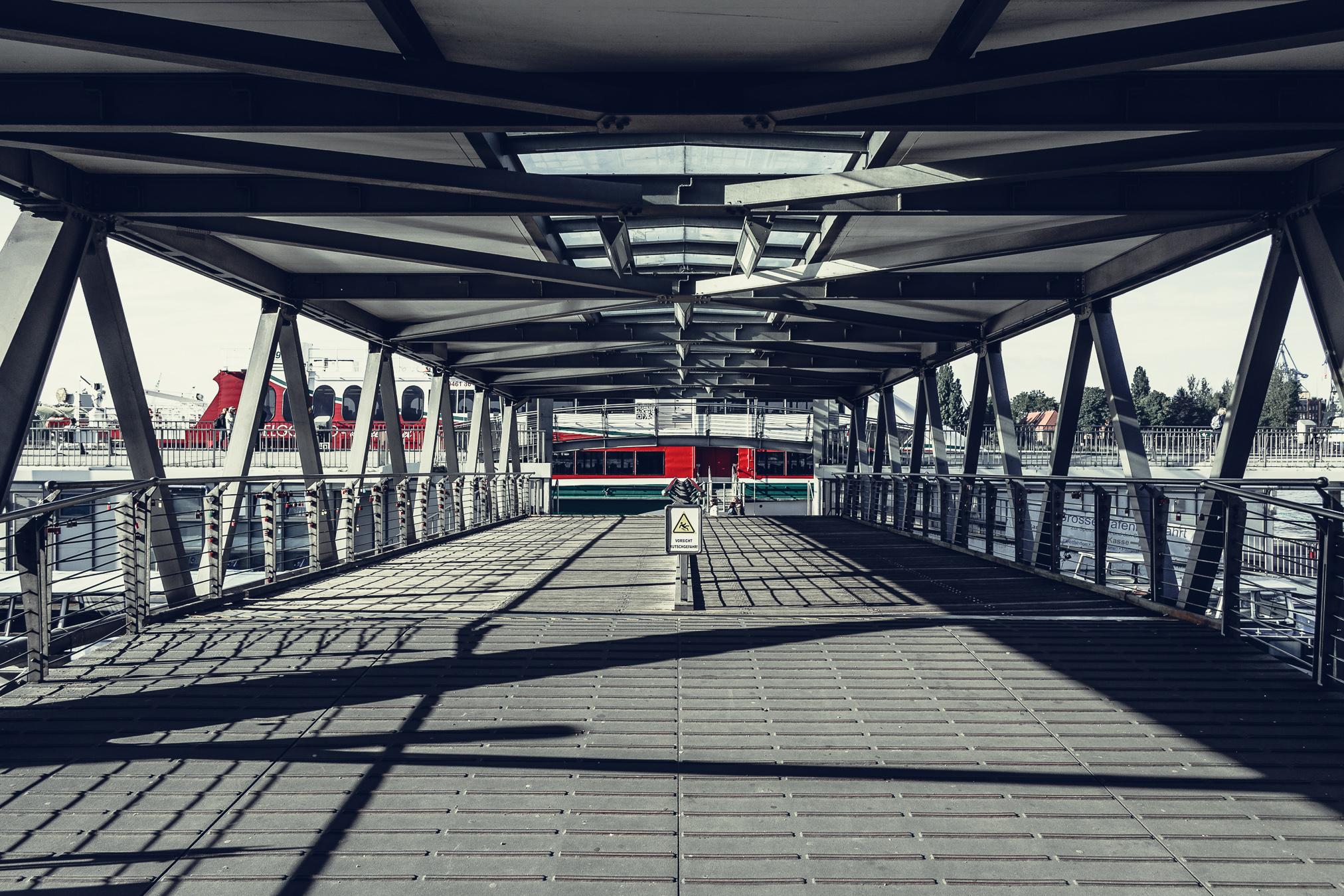 Die Landungsbrücken ohne Touristen, das geht nur am frühen Morgen
