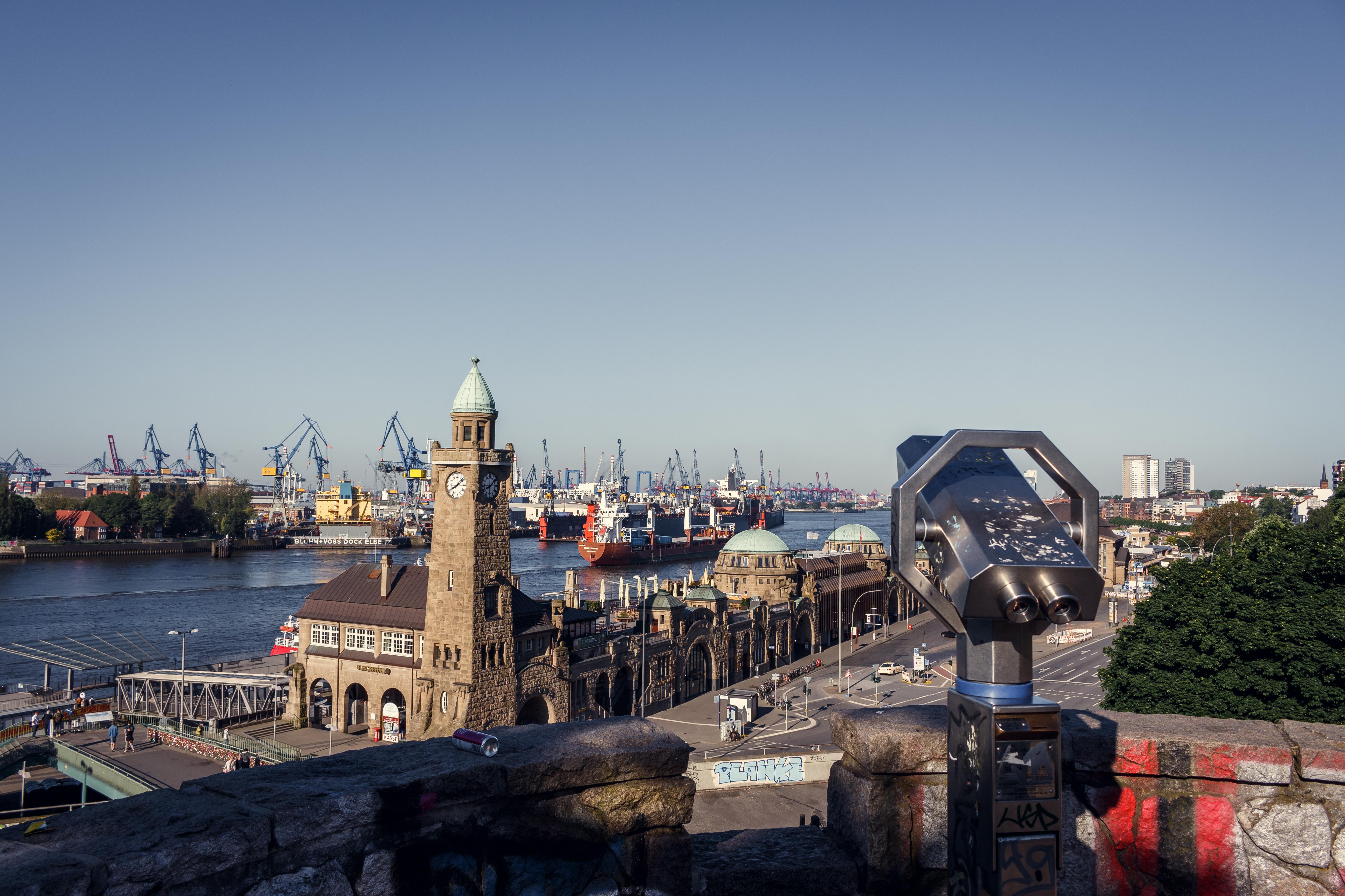 Die Landungsbrücken in Hamburg an einem Sommermorgen