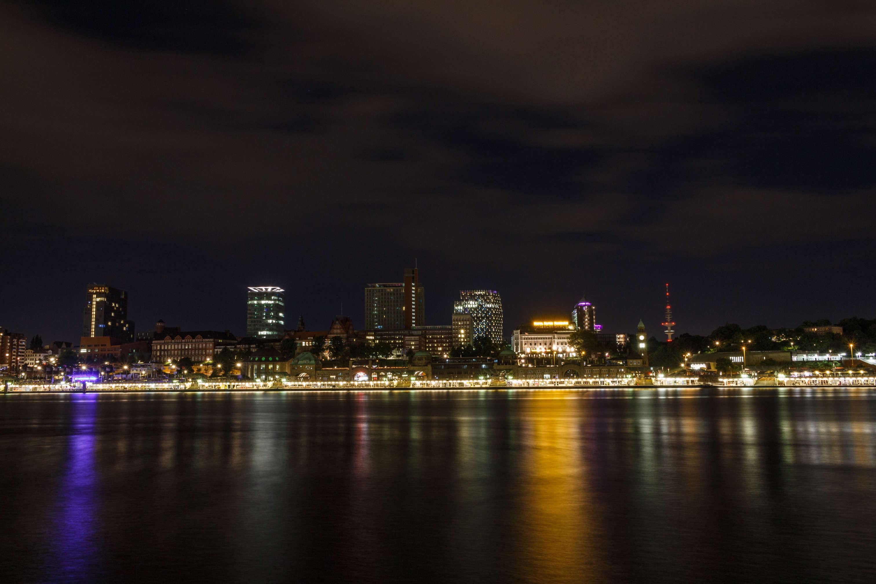 Ein Teil der Hamburger Skyline bei Nacht