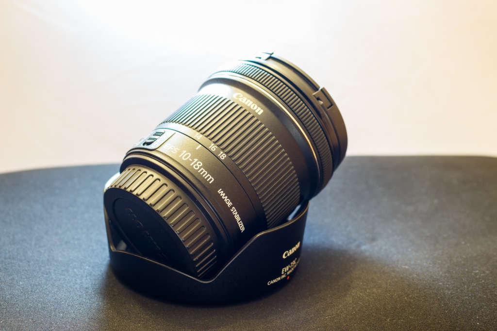 Das EF-S 10-18 mm ist ein Weitwinkelobjektiv für Kameras mit APS-C Sensoren aus dem Hause Canon