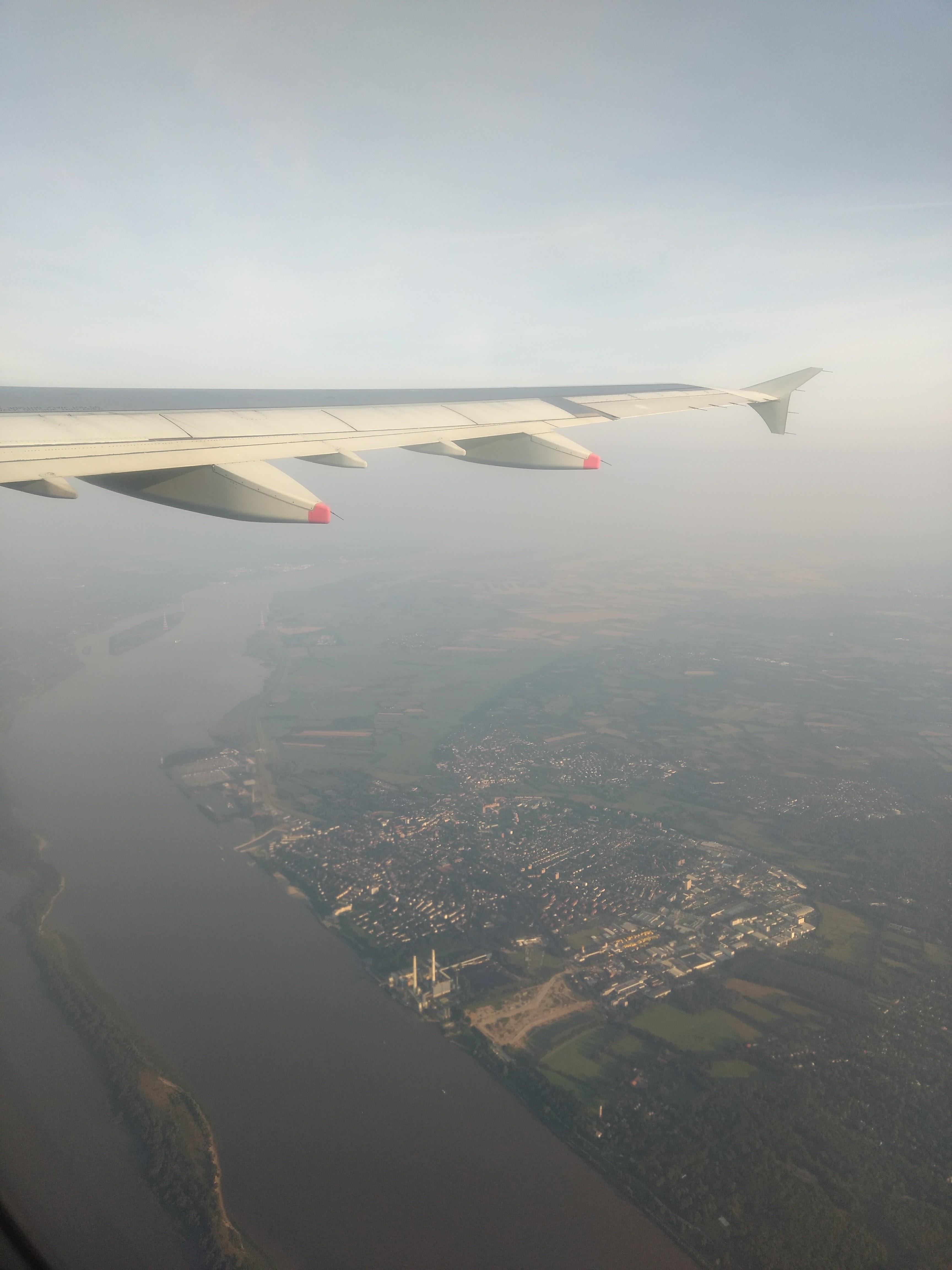 Aus einem Flugzeug wirkt alles sehr klein, geringe Bewölkung vorausgesetzt