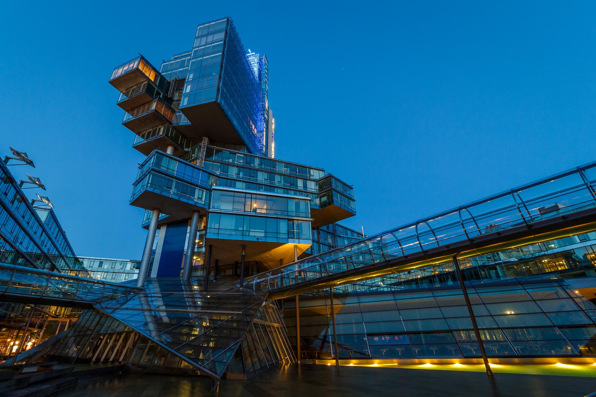 Gerade für das Fotografieren von Gebäuden ist die blaue Stunde sehr gut geeignet