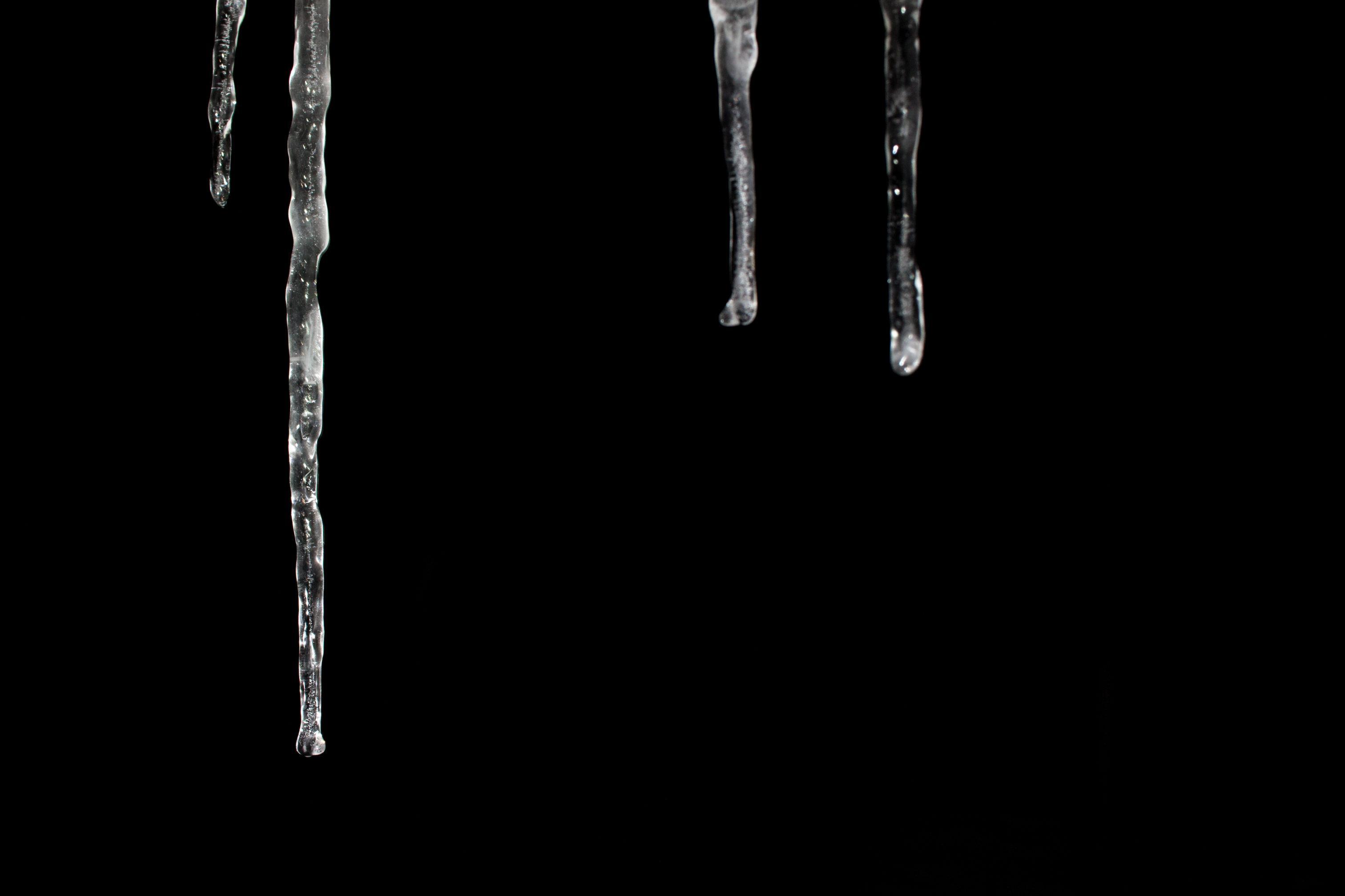 Hier wurde der Hintergrund unterbelichtet und nur die Eiszapfen wurden vom Blitz ausgeleuchtet