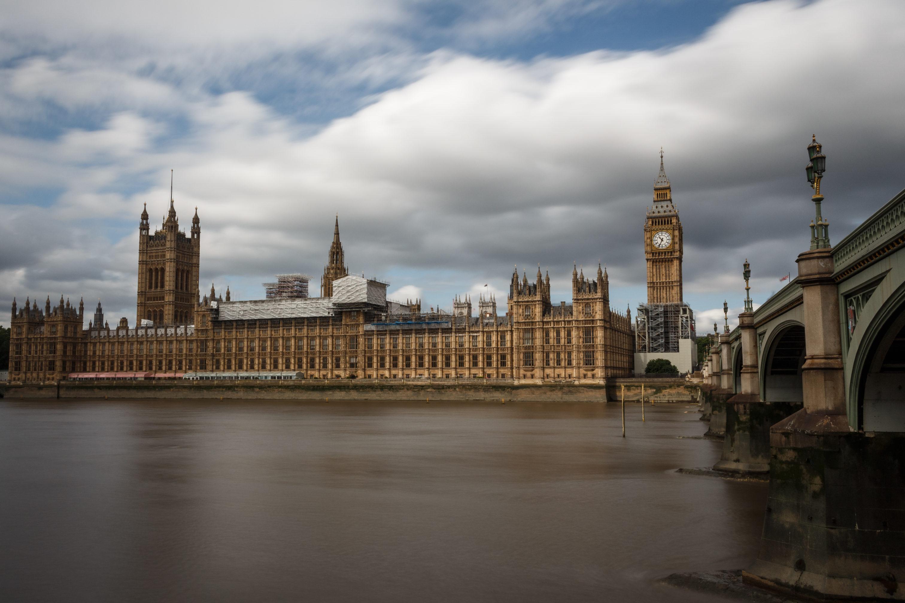 Westminster Palace mit Wolken, die über den Himmel ziehen