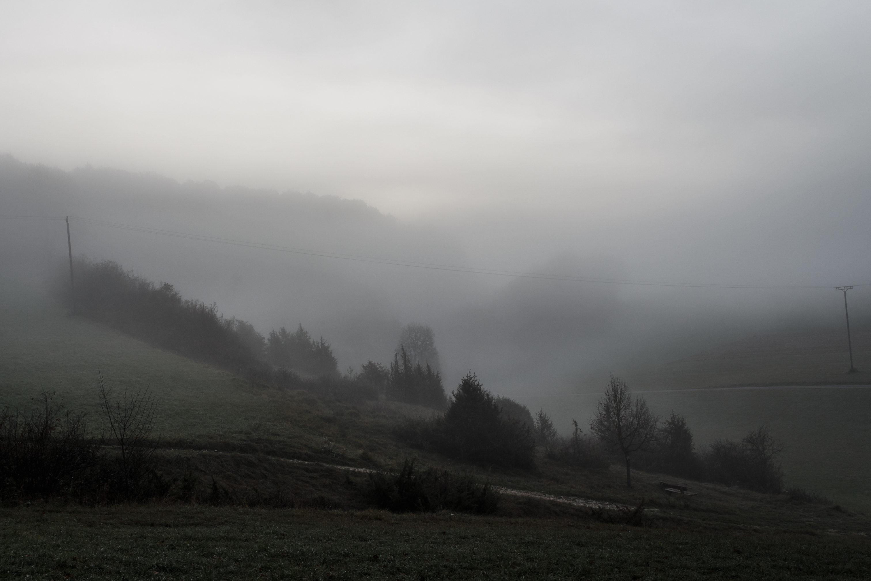 Ein sehr nebeliger Sonnenaufgang auf der schwäbischen Alp