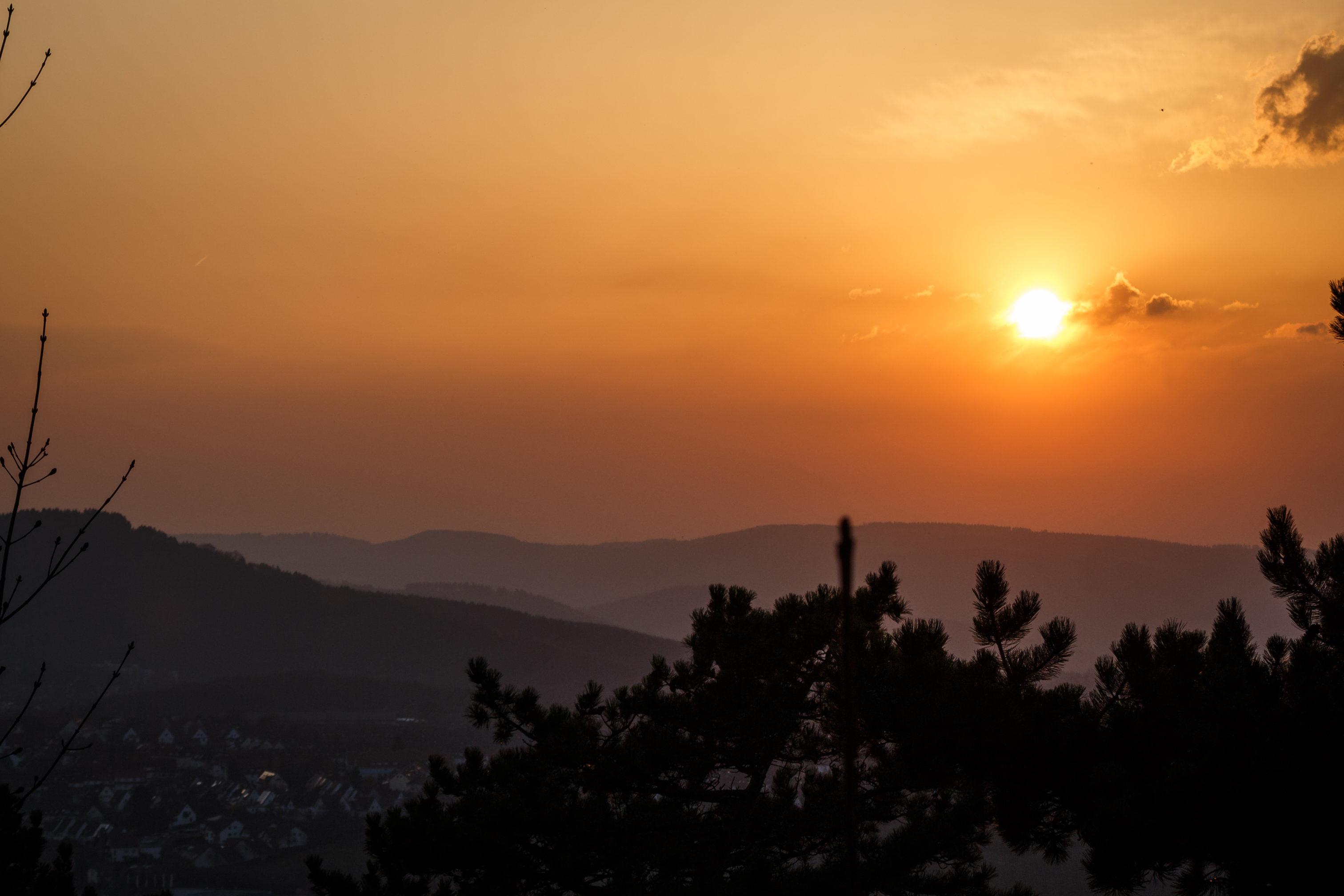 Der Sonnenuntergang mit einem Teleobjektiv, bei noch größerer Brennweite wäre die Sonne noch größer