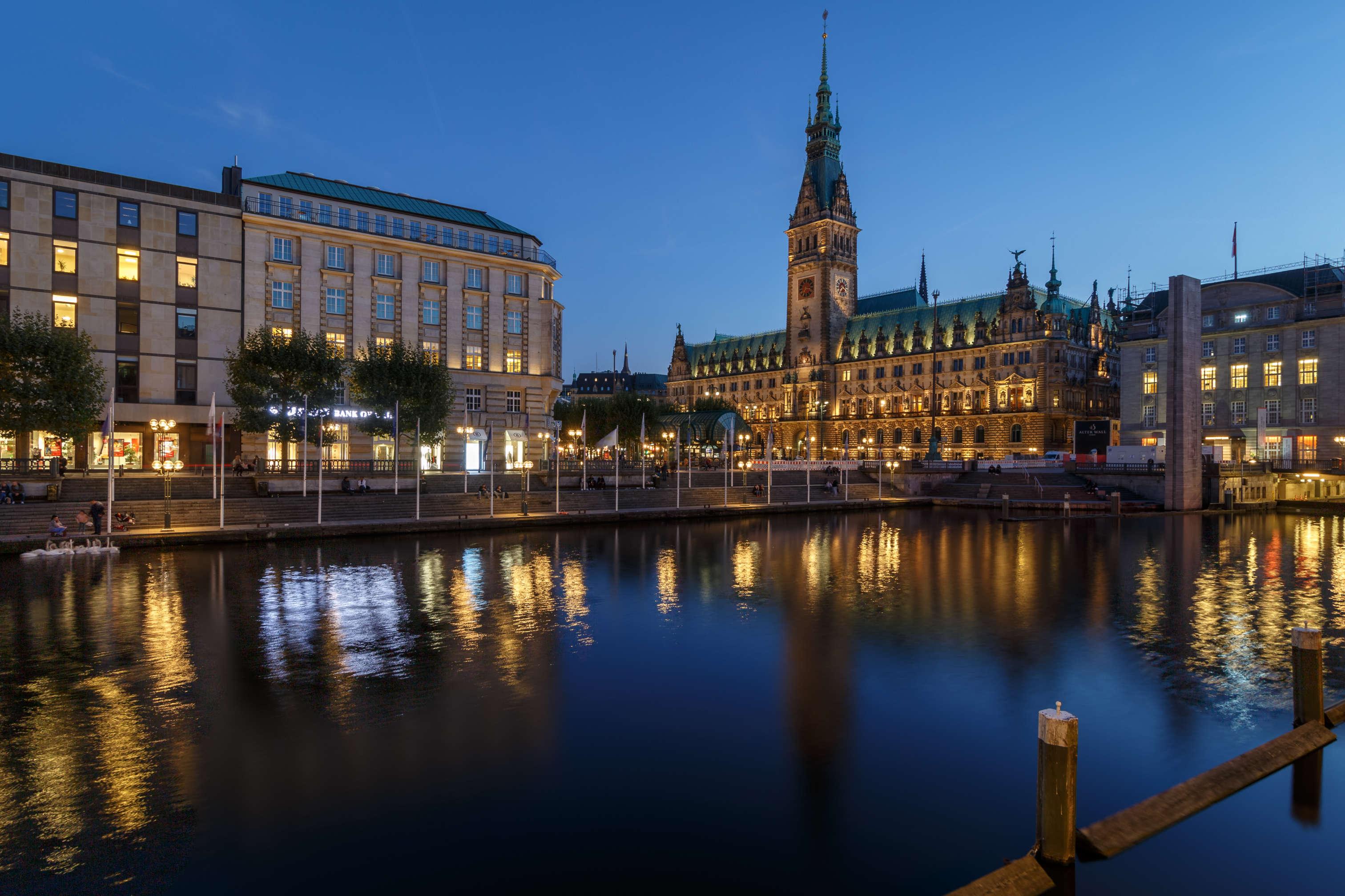 Das Hamburger Rathaus in der blauen Stunde