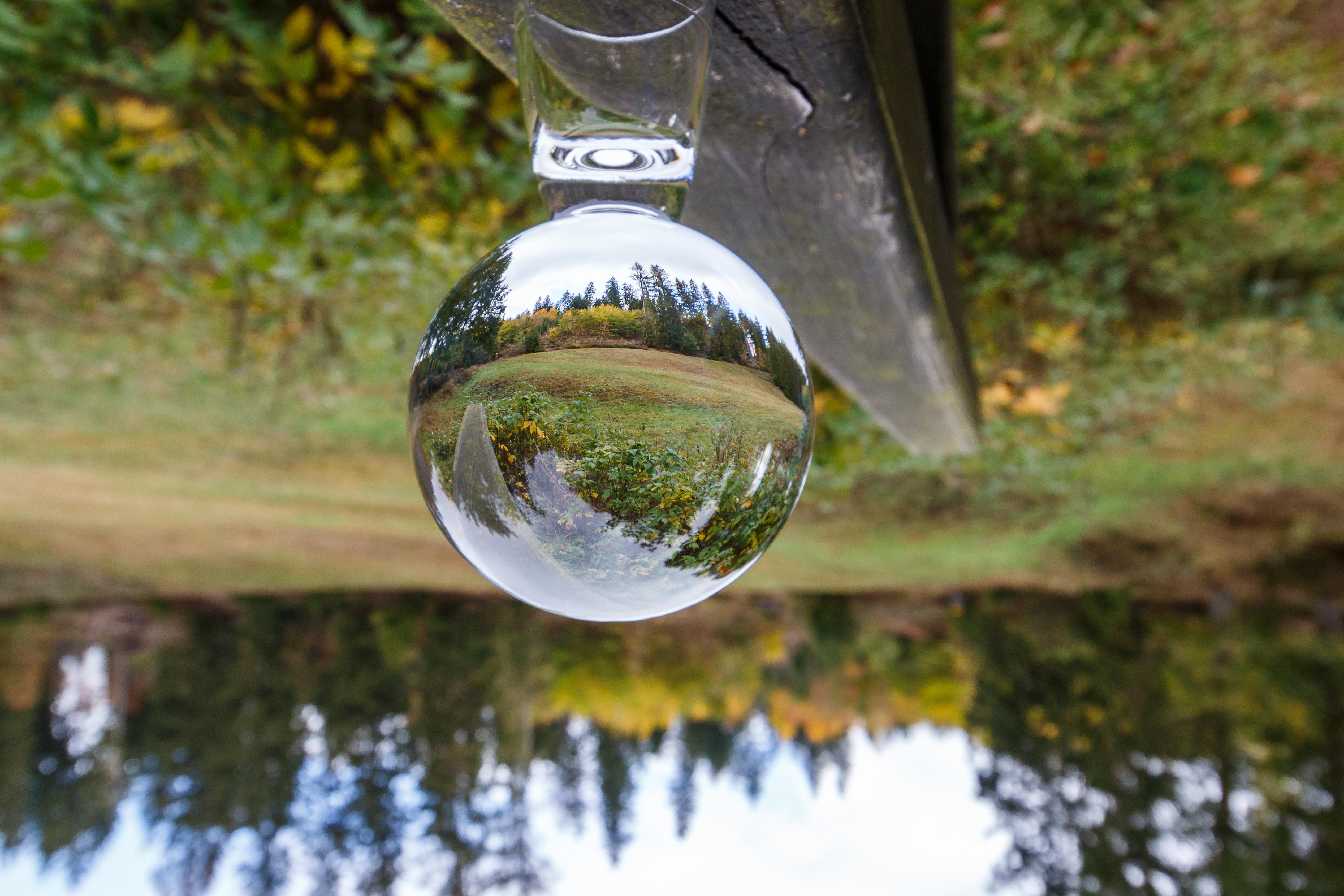 Hier ist die Reflexion in der Kugel richtig herum und die originale Landschaft steht auf dem Kopf