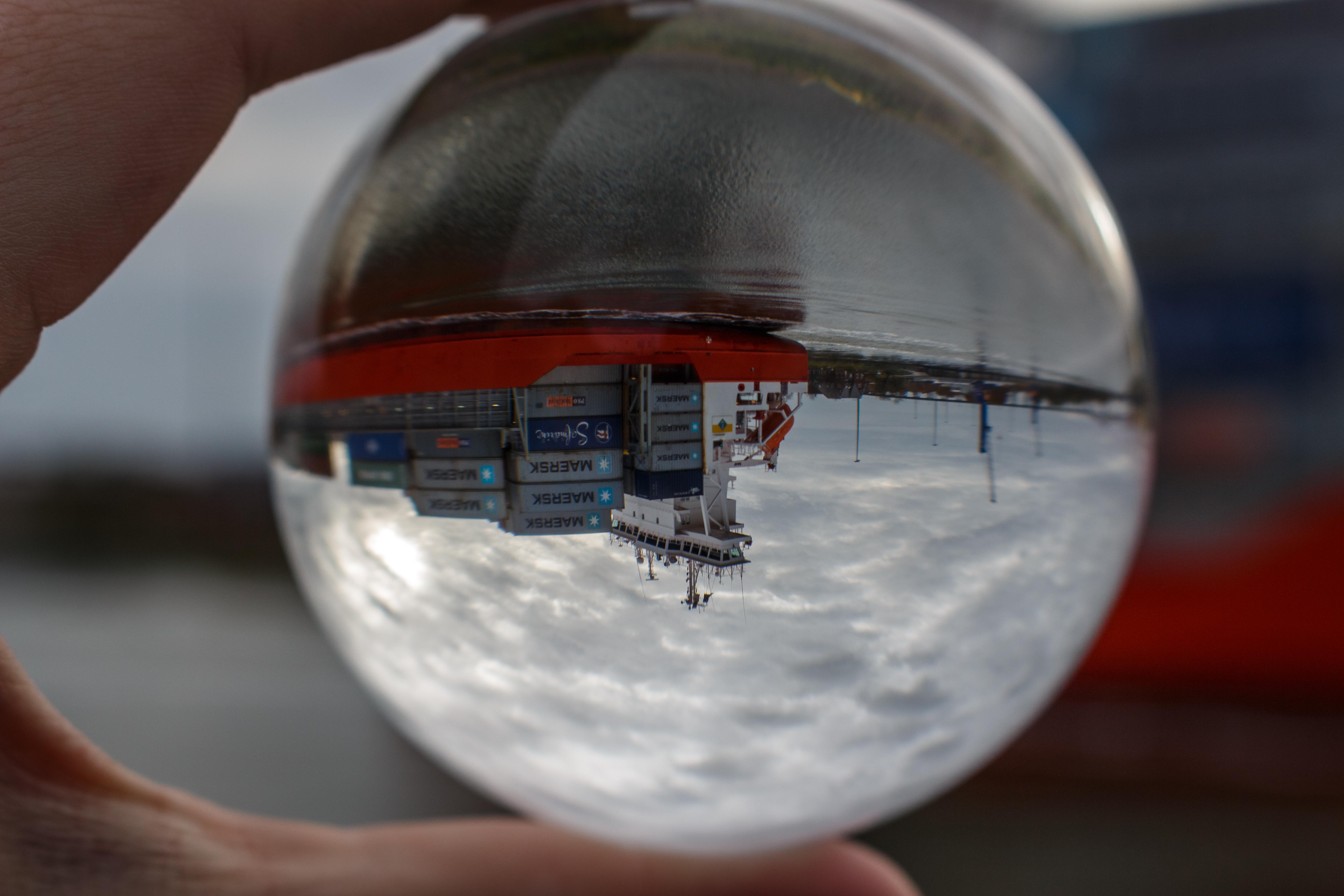 Gewohntes kann man durch eine Glaskugel auf eine neue Art präsentieren