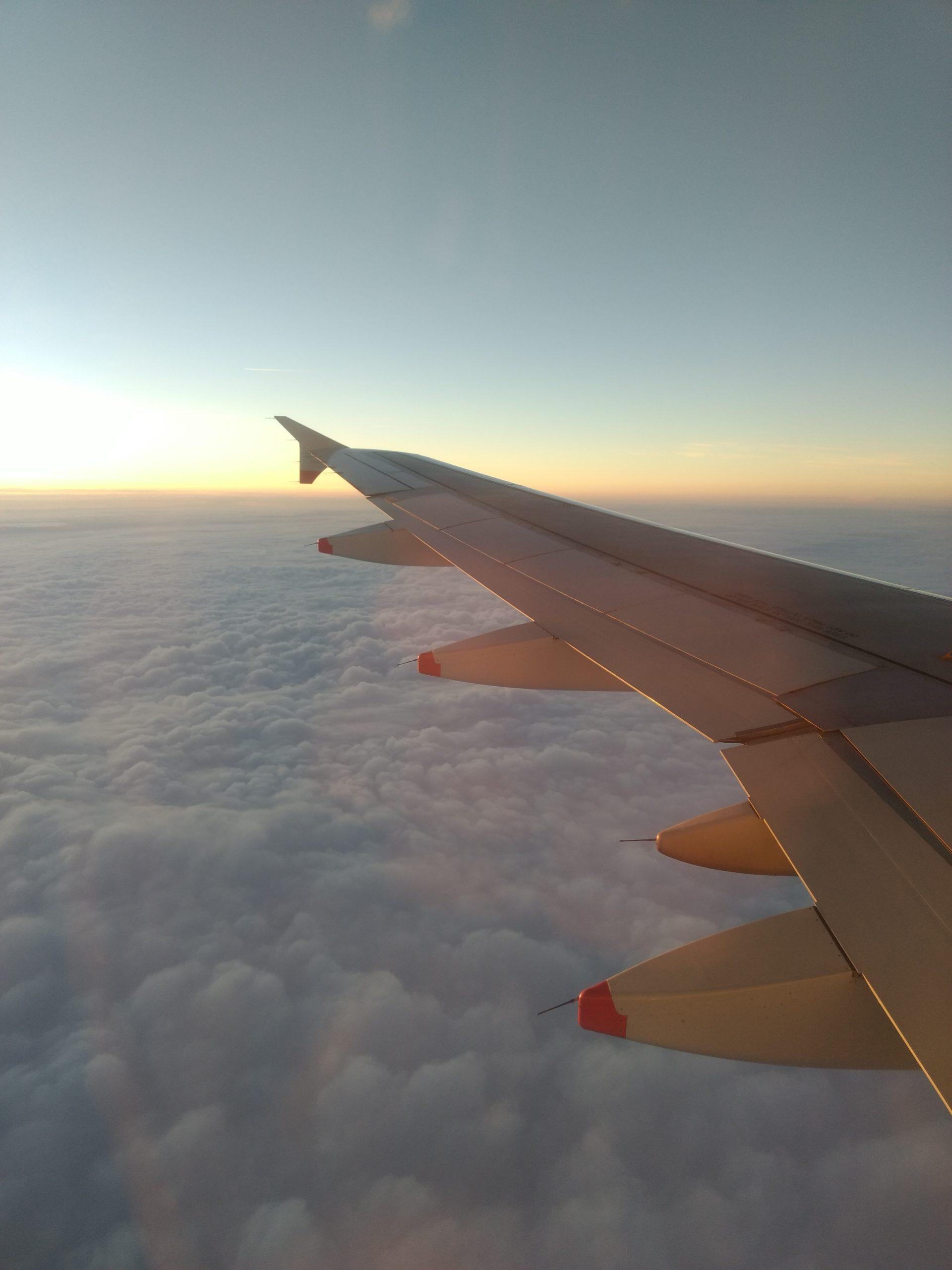 Blick aus einem Flugzeug auf den Sonnenuntergang und die Tragfläche des Airbus